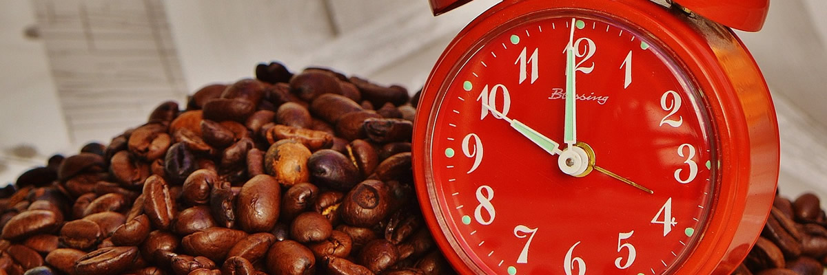 Coffee beans and a clock displaying 10 o'clock